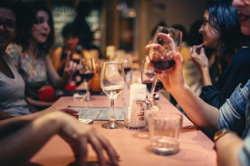 成功人士必拒絕的4種聚會 同學會只會互相比較、久違老友聚會可能為借錢