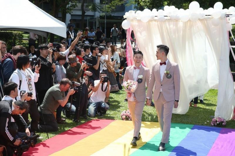 同婚專法上路第一天 526對完成結婚登記