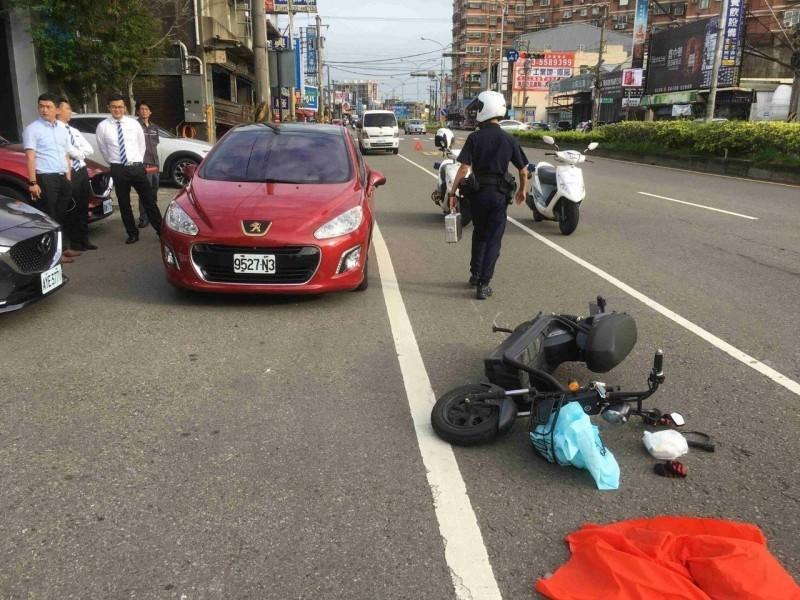 男未戴安全帽撞到突開車門倒地 遭後方車輾爆頭身亡