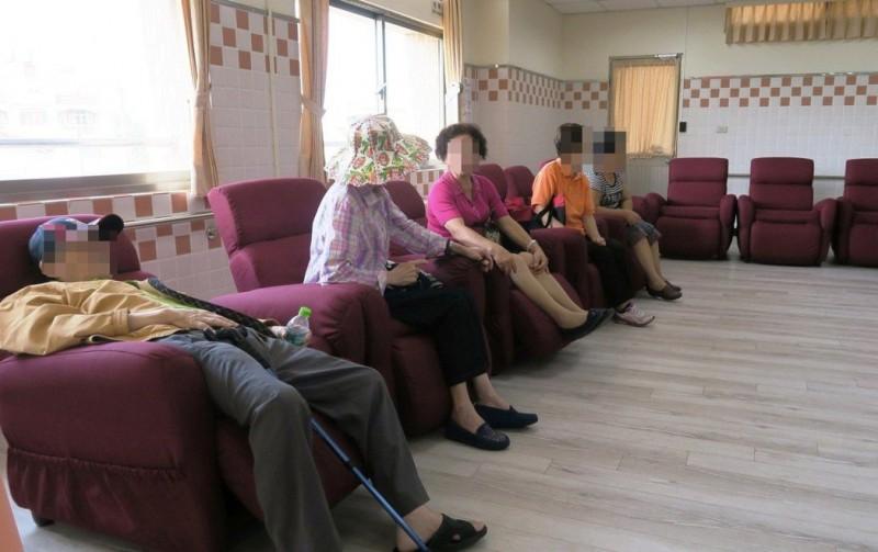 為懶散正名!英研究:癱坐促潤滑液分泌,有利脊椎健康
