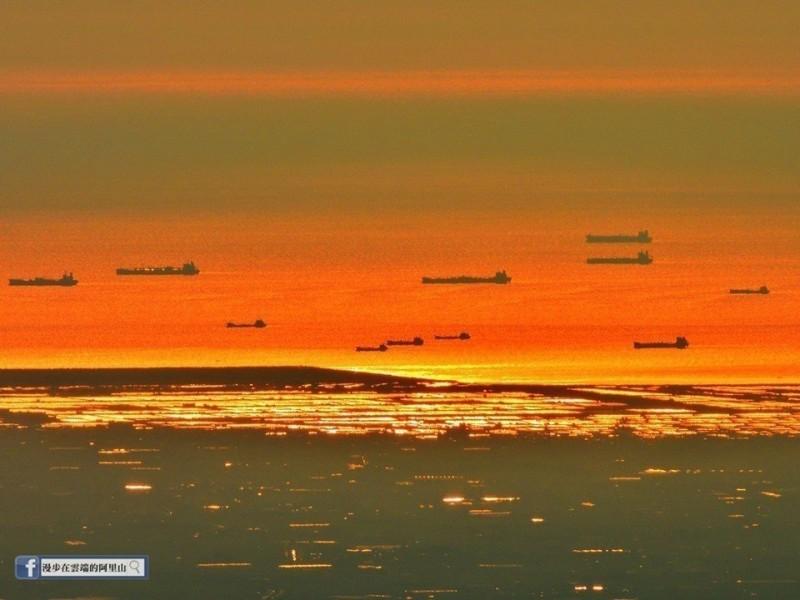 阿里山有無敵視野 拍到百公里遠台灣海峽「無敵艦隊」