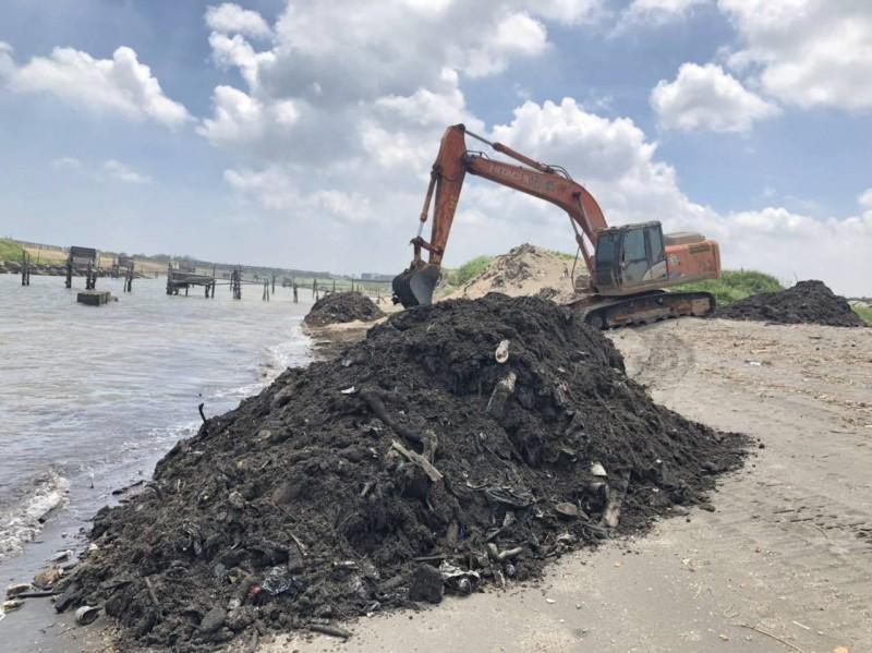 端午假期不打烊!環保署大型機具助清出海口廢布料