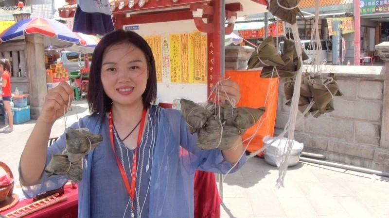 屈原後代首度來台灣包粽 民眾爭相吃「屈原粽」
