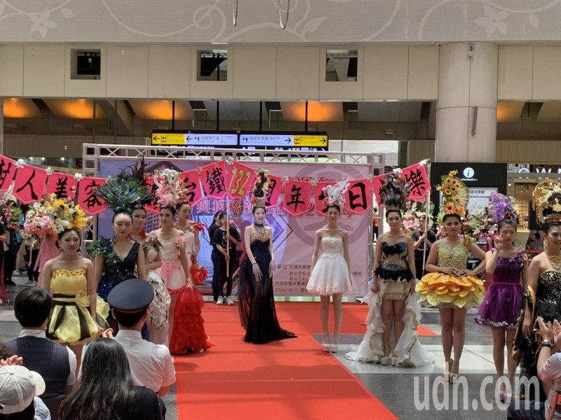 板橋車站正妹熱舞辣度爆棚 大批旅客吸睛駐足