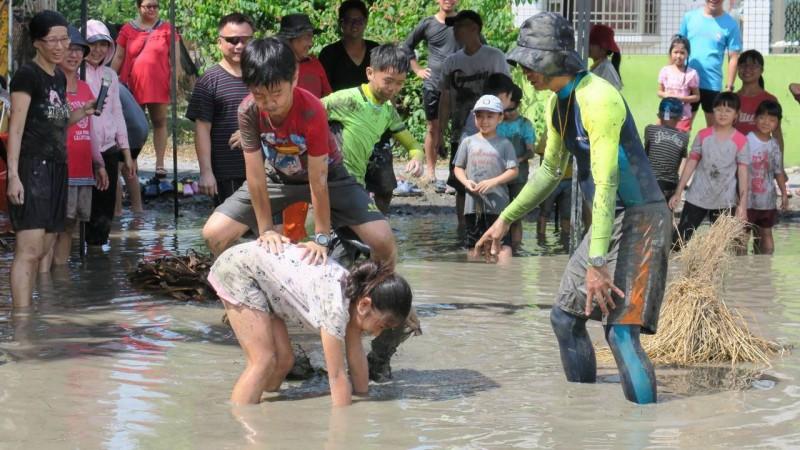 建國國小泥田運動會超特別 會後選出「泥最美」