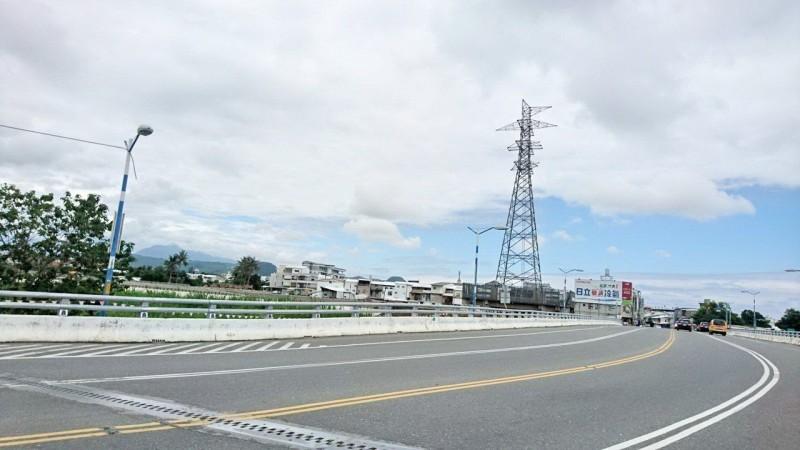 配合台東太平溪路堤共構工程 6座高壓電塔6月底前拆除