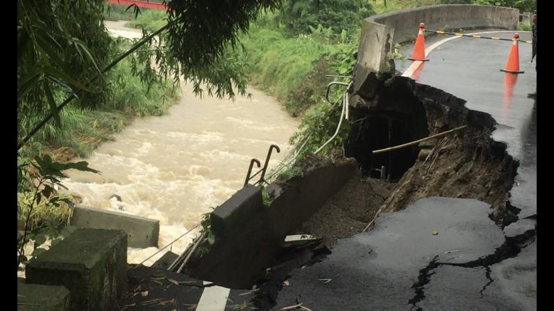 暴雨致災 台中石岡道路嚴重塌陷