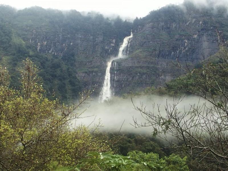 影/落差800多公尺的蛟龍瀑布 雨後再現萬馬奔騰壯景