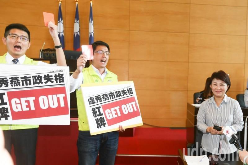 影/台中市綠議員舉紅牌 盧秀燕遭轟出場