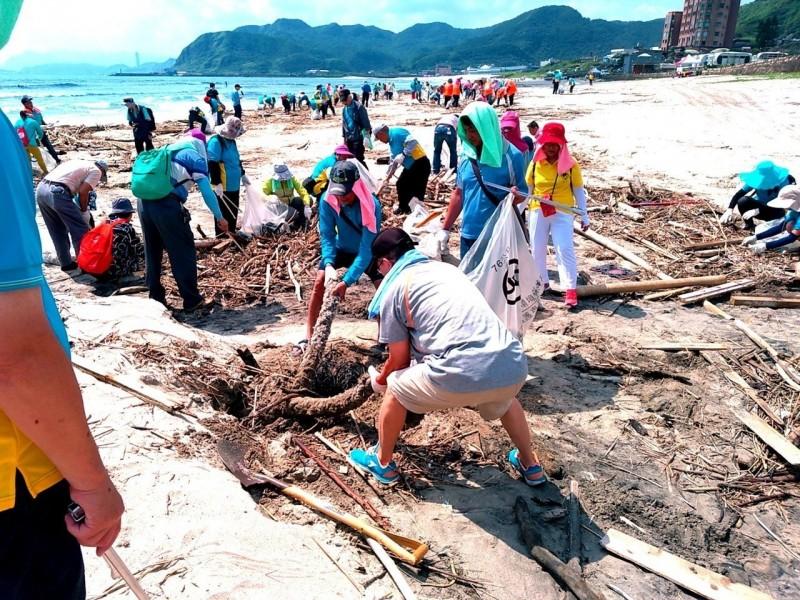新北市環保局 在萬里翡翠灣發動淨灘