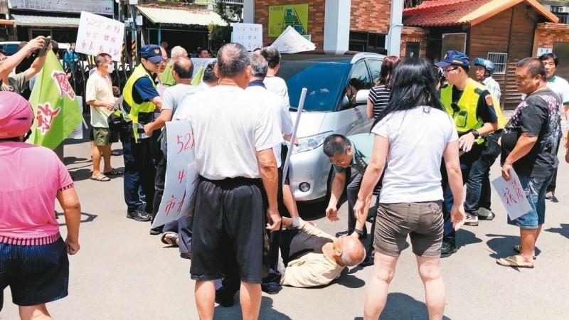 柯文哲遭攔車 社子島居民橫躺 警增援脫困