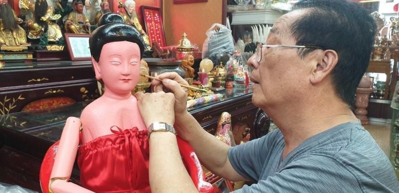 影/雕刻師為100多年神像重上妝 旁人看了好驚艷
