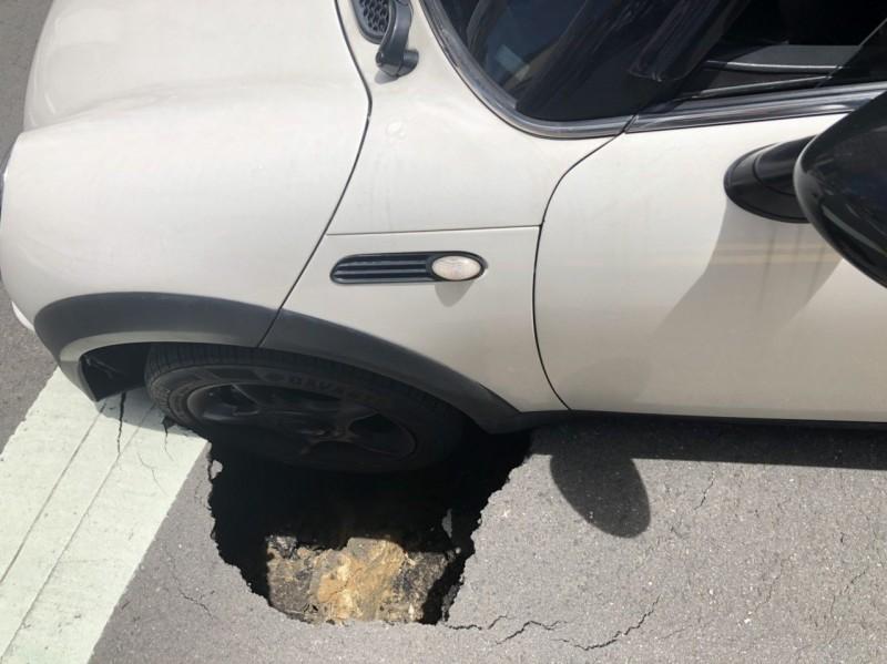 高雄新田成功路口坑洞「卡」輪 確認是汙水管破損