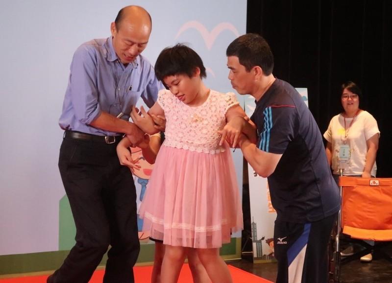 模範生市長獎開心與韓國瑜合影 補校阿嬤活到老學到老