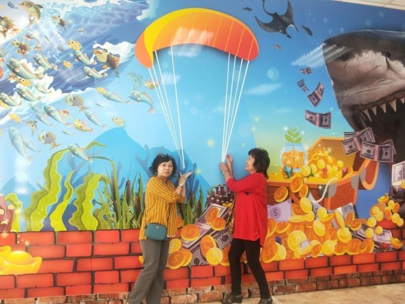 發大財、飛行傘打卡牆 萬里老街打造瑪蟹家族活化