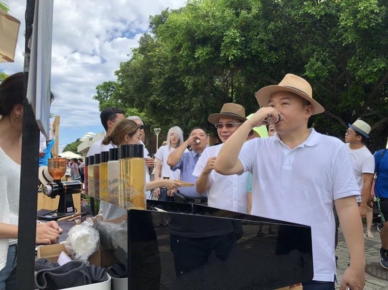 周日別錯過愛河畔野餐派對 亨受冰品餐車音樂的悠閒