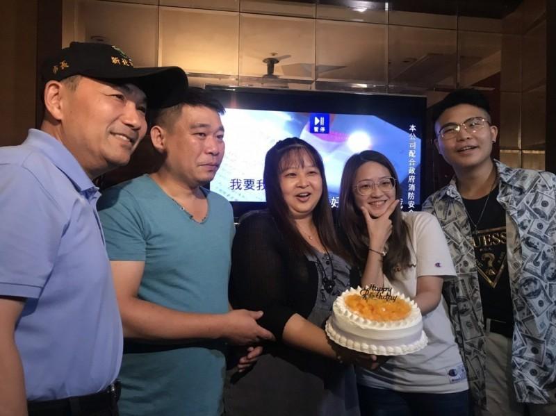 影/新北警暑期臨檢 侯友宜現身KTV民眾驚喜