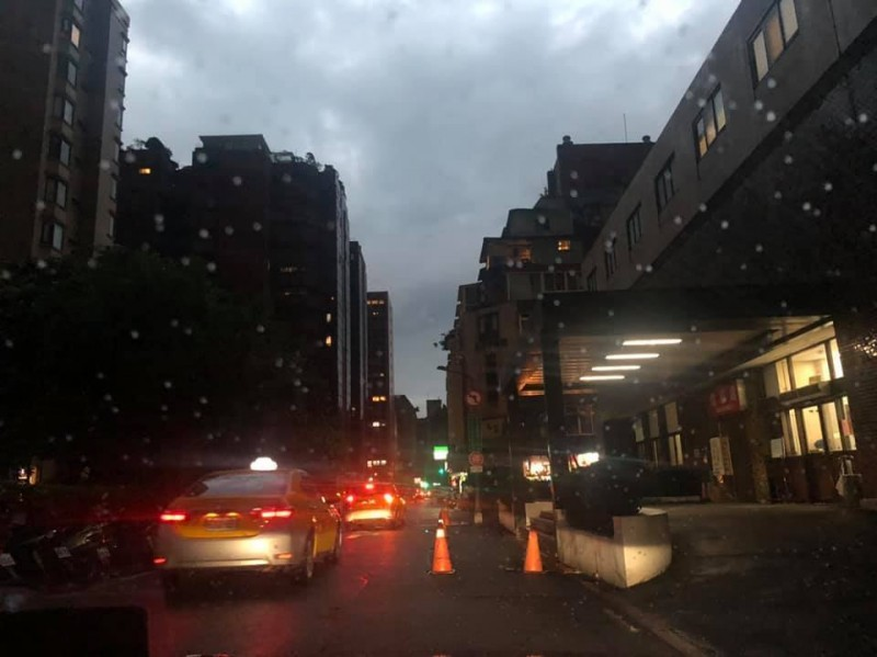 北市議員質疑大雨天黑為何不開路燈?台電:會改善