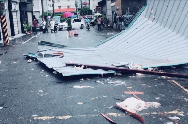 台南早上刮怪風 鐵皮屋頂吹落地