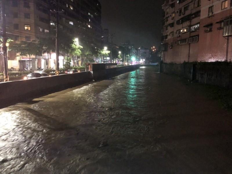 基隆武崙溪險溢堤居民質疑整治成效 市府:瞬間大雨