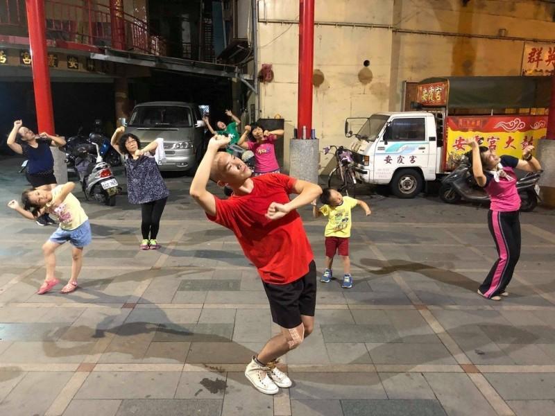 影/讓廟口成為舞蹈藝術中心!大人小孩一起跳舞