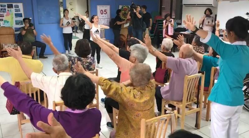 影/80歲阿公阿媽也來玩抖音 活力不輸年輕人