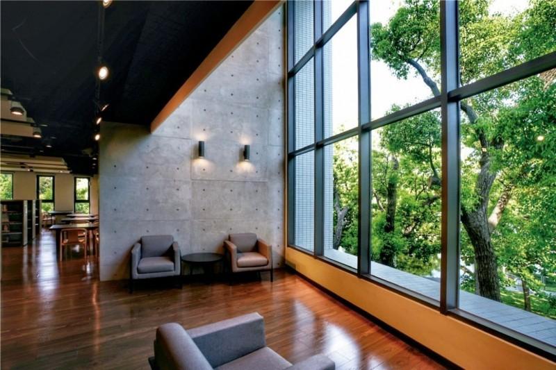 建築融綠林 閱書也閱風景