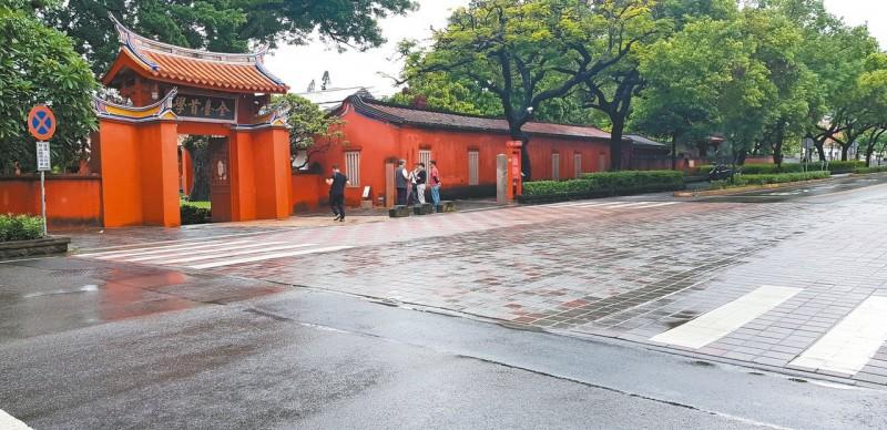 台南古蹟門前 鋪磚「補丁」挨批