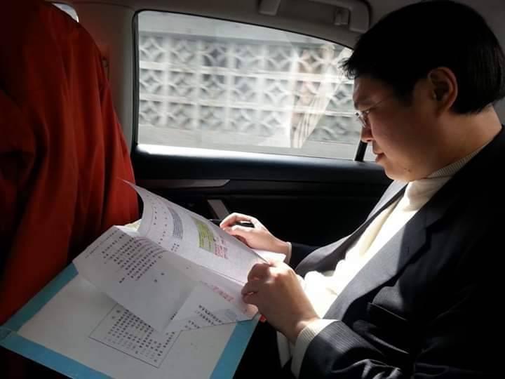 林右昌車上批公文 前機要秀照片:好市長不是只靠顏值