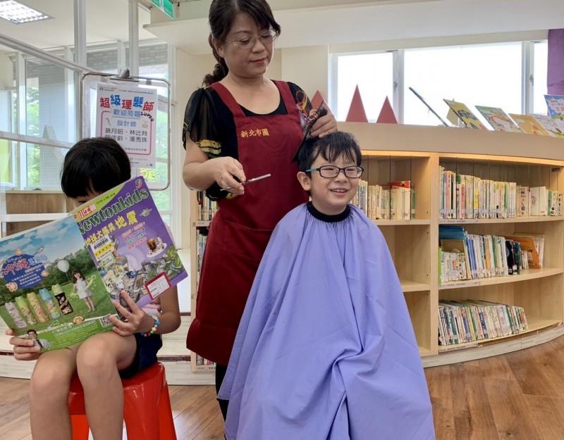 鼓勵小孩多看書 暖心美髮師:圖書館借10本換免費理髮