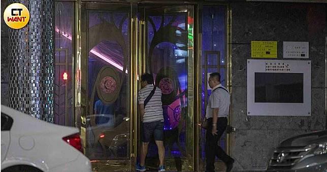獨家/高雄日月星辰酒店不甩禁令 關招牌燈偷接客營業