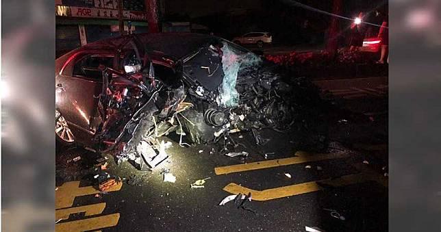 開車外出自撞分隔島 夫妻噴飛車外重傷