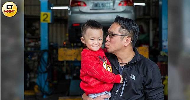 【單親爸翻身2】一年前是人生勝利組 現兼多職帶幼子上工