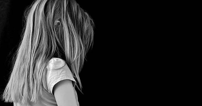 枕邊人餵藥!4歲女童「狂咬指甲」:爸爸摸我的妹妹