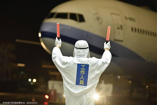 桃機2救護車駛出!華航類包機1成人1童發燒咳嗽 緊急送醫檢疫