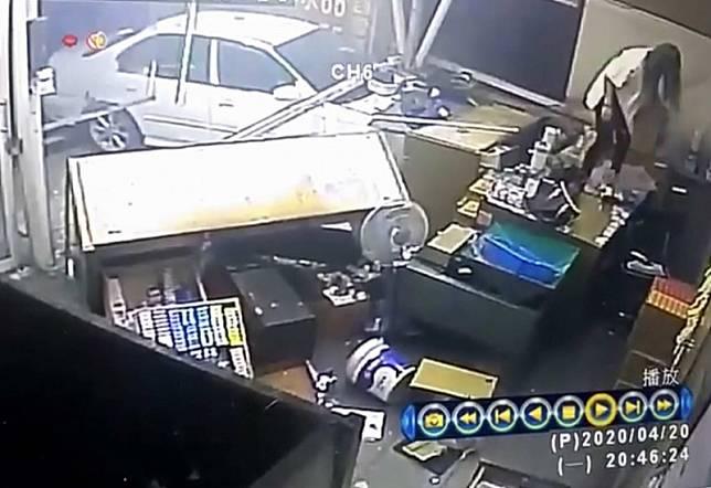 厲害了檳榔西施!轎車失控撞進檳榔攤 她急跳上桌躲死劫