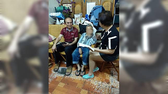 籌妻醫藥費!8旬翁忍眼疾編藤椅 拒捐款:她是我的責任