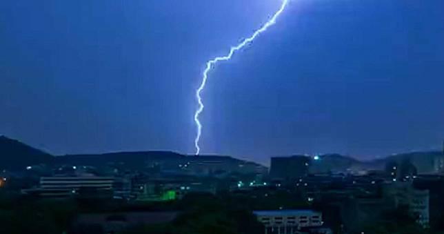 35度高溫驟變成「雷雨交加」 湖北一夜竟冒14萬次閃電