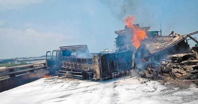 油罐車撞大貨車瞬燃 台61線火燒車2人重傷命危