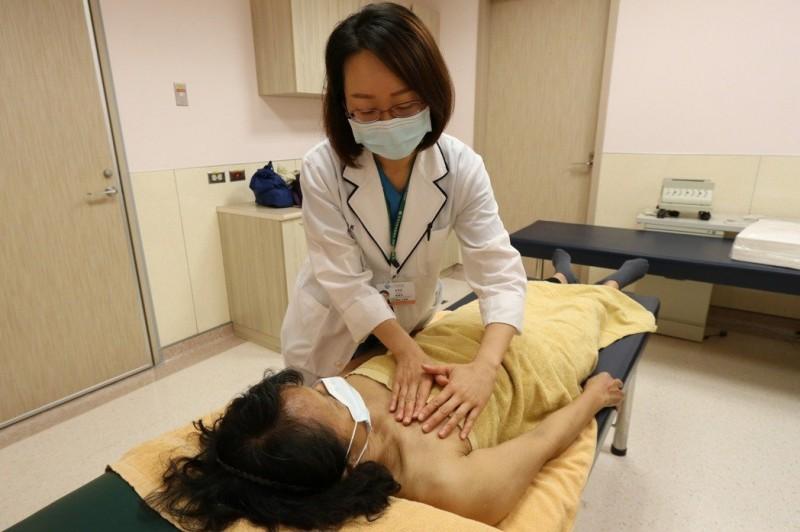 六旬婦患乳癌手臂淋巴腫 整合性退腫治療獲改善